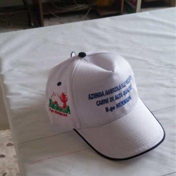 cappello personalizzato con ricamo sulla parte frontale e laterale