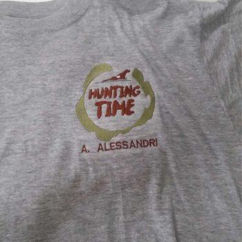 maglietta personalizzata lato cuore con logo ricamato